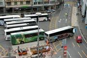 Wie hier beim Löwenplatz nehmen die Reisecars die Stadt Luzern im Sommer förmlich in Beschlag. (Bild: Maria Schmid / Neue LZ)