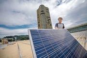 Das erste Solarpanel ist schon da. Solarmonteur David Müller platziert es an der richtigen Stelle. (Bild Pius Amrein)