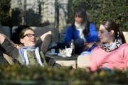 Prächtige Bedingungen zum «Käfele» gestern Nachmittag. Andrea Jud (links) und Maria Huber geniessen das Frühlingswetter am Quai beim Hotel Palace in Luzern. (Bild Nadia Schärli)