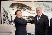Lockere Atmosphäre: Bundesrat Johann Schneider-Ammann zusammen mit Chinas Minister für Wissen und Technologie, Wan Gang. (Bild: AP/Ng Han Guan)