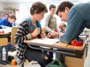 Eine gute Beziehung zur Lehrperson spielt eine entscheidende Rolle für das Sozialverhalten von Schülern. (Symbolbild) (Bild: KEYSTONE/GAETAN BALLY)