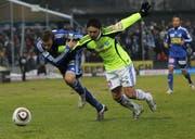 Luzerns Burim Kukeli (links) gegen GCs Ricardo Cabanas. (Bild Philipp Schmidli/Neue LZ)