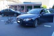 Die Position des Audi zeigt: Der Lenker des Audis schnitt dem Fahrradfahrer offenbar den Wg ab. (Bild: Zuger Polizei)
