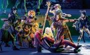 Die Thuner «Cats» schleichen sich in neonfarbenen Kostümen an. (Bild: Thomas Hodel/Keystone)