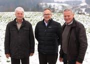 Die beiden Grundeigentümer und Vertreter der IG Golf Meggen Franz Sigrist (links) und Fredi Scherer (rechts) sowie Investor Josef Schuler freuen sich über den Entscheid des Luzerner Regierungsrates. (Bild: PD)