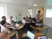 In der Wikipedia-Schreibwerkstatt im Juni 2017 im Dokumentationszentrum Doku-Zug erfuhren die Teilnehmerinnen und Teilnehmer, wie Wikipedia-Artikel geschrieben werden. (Bild: PD/Doku-Zug)