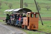 Die Grubenbahn der Zeigelei Schumacher in Körblingen, Inwil, transportiert normalerweise Lehm, an ausgewählten Tagen auch Personen. (Bild: pd)
