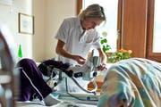 Spitäler wollen bei Einwanderungskontingenten Ausnahmen schaffen. Im Bild: Eine Pflegefachfrau betreut einen Patienten. (Symbolbild Keystone / Gaetan Bally)