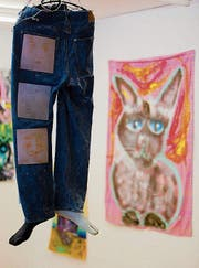 Josse Bailly's bunte und ziemlich verrückten Tierbilder, die der Westschweizer Künstler auf allerhand Oberflächen malt, gibt es derzeit im Kunstpavillon Luzern zu sehen. Zur Konzeptkunst von Sabrina Labis setzt er ein starkes Kontrastporgramm. (Bild: PD)