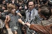 Im Fokus der Medien: Michelle Williams (als aufopferungsvolle Mutter Gail Harris) und Mark Wahlberg (als von Getty angeheuerter CIA-Vermittler Fletcher Chase) tun sich zusammen, um den von der Mafia entführten John Paul Getty III. zu befreien. (Bild: Tristar Pictures)