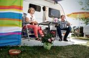 Elvira und Andrej Treutner vor ihrem Wohnwagen auf dem Camping Ewil in Sachseln. (Bild Corinne Glanzmann)