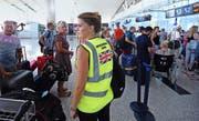 Nachdem die Londoner Regierung die britischen Touristen aufgefordert hat, Tunesien zu verlassen, wurden die ersten abreisenden Gäste gestern bereits am Flughafen Tunis von den Helfern vor Ort in Empfang genommen. (Bild: AFP/Fethi Belaid)