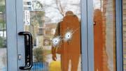 Mit einer 9-Millimeter-Pistole schoss ein Rechtsextremist aus einem Auto heraus wahllos auf Afrikaner. (Bild: AFP (Macerata, 3. Februar 2018))