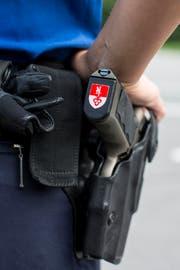 Ein Polizist der Kantonspolizei Obwalden bei der Arbeit (Symbolbild). (Bild: Keystone)