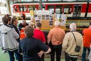 Die Besucher informieren sich über die Unterflurdrehbank in der Werkstatt der Zentralbahn in Stansstad. (Bild: pd)