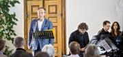 Schauspieler Robert Hunger-Bühler las im Barocksaal des Klosters Engelberg Texte über den Teufel. Bild: Manuela Jans-Koch (29. Oktober 2016)