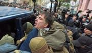 Ukrainische Sicherheitsbeamte zerren Michail Saakaschwili in einen Kleinbus. (Bild: Ewgeniy Maloletka/AP (Kiew, 5. Dezember 2017))