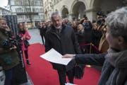 CVP-Kantonsrat Erwin Arnold auf dem Weg ins Parlamentsgebäude. (Bild: Dominik Wunderli (Luzern, 4. Dezember 2017))