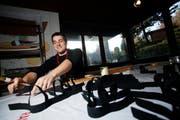 Yves Schmid von der Zuger Pfadi hilft bei der Produktion von «Bon-Walkers». (Bild Stefan Kaiser/Neue ZZ)