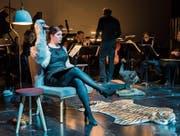 Der Schwan muss warten: Sarah Alexandra Hudarew als charismatische Erzählerin im «Carneval des animaux». (Bild: Luzerner Theater/Ingo Höhn)
