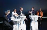 Diskutierten gestern im Casino in Zug (v. l.): Nicolas Schobinger, Natascha Schill, Peter Speck, Andy Tonazzi, Gerhard Pfister und Moderatorin Katja Gentinetta. (Bild: Stefan Kaiser (26. März 2018))
