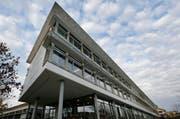Hier herrscht schlechte Stimmung: Das Schulhaus Städtli 2 in Cham. (Bild: Stefan Kaiser / Neue ZZ)