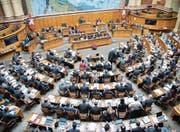 Im Jahr 2015 hielten die Schweizer Parlamentarier im Durchschnitt sieben Mandate. (Bild: Anthony Anex/Keystone (Bern, 4. Mai 2017))