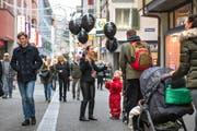 Nicht nur Online, auch auf der Strasse wird für den Black Friday geworben.Bild: Dominik Wunderli (Luzern, 25. November 2016)