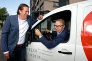 Patrick Schätzle (links) und Beat Lötscher (im Auto) nehmen die Herausforderungen des Energiewandels nun gemeinsam in Angriff. Die Schätzle AG ist neue Mehrheitsaktionärin der Burri & Lötscher AG. (Bild: Eveline Beerkircher / Neue LZ)