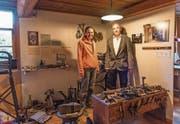Silvia Haselbeck und Erich Langjahr vor den alten Schumacher-Utensilien in ihrem Museum. (Bild: Roger Grütter (Root, 24. Oktober 2017))