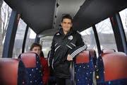 FCL-Nachwuchsleiter Laurent Prince mit U-18-Junior Daniel Schrecker (sitzend) im noch aufzurüstenden Juniorenbus. (Bild Corinne Glanzmann/Neue LZ)