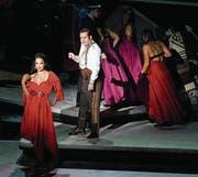 Da versucht gerade Escamillo (Daniel Johansen) die schöne Carmen (Gaelle Arquez) zu beeindrucken. (Bild: Karl Forster)