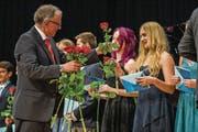 Rektor Victor Baumann überbringt den Maturi und Maturae Blumen und Zeugnisse. (Bild: Philipp Schmidli (Willisau, 23. Juni 2017))