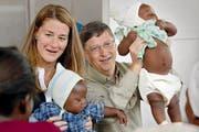 Melinda und Bill Gates 2003 beim Besuch eines Malaria Spitals in Afrika. (Bild: Keystone Hrusa)