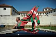 Ein Anhänger der Unabhängigkeitsbewegung während eines Protests vor dem Martutene-Gefängnis 2013 in San Sebastián. (Bild: Alvaro Barriento/AP)