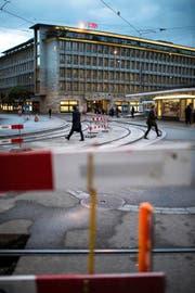 Baustelle am Paradeplatz vor dem Hauptsitz der Schweizer Grossbank UBS in Zürich. (Bild: Keystone/Ennio Leanza)