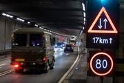 Verkehr im Gotthard-Strassentunnel. (Bild: Keystone)