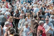 Trotz Sorgen lassen sich die Schweizer ihre Stimmung nicht verderben: Paare bei der Pro-Senectute-Veranstaltung «Tanzen auf dem Bundesplatz». (Bild: Peter Schneider/Keystone (29. August 2010))