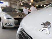 Peugeot-Wagen in einem Verkaufsraum in Frankreich. (Archivbild: Guillaume Horajuelo/EPA)