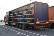Der schwer überladene LKW in Stans: Vier Maschinen mit je 3,7 Tonnen. Das ist eindeutig zu viel für den LKW. (Bild: Kantonspolizei Nidwalden)