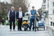 Von links: Michael Suter (IG Arbeit), Franz Stalder (Präsident City-Vereinigung) Franc Milici (Fahrer der IG Arbeit). Sie wollen gemeinsam den Hauslieferdienst ausbauen. (Bild: Dominik Wunderli (Luzern, 21. März 2017))
