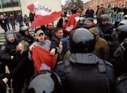Eine Handvoll Oppositioneller demonstrierte gestern auf Moskaus Strassen. Die Polizei löste den Protest auf. (Bild: Anatoly Maltsev/EPA)