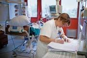 Pflegefachpersonal ist in der Schweiz weiterhin gesucht. Bild: Gaetan Bally/Keystone (Sion, 19. Februar 2009)