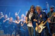 Foreigner mit dem stimmgewaltigen Frontman Kelly Hansen und das 21st Century Orchestra rockten das KKL. (Bild: Corinne Glanzmann (20. Mai 2017))
