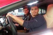 Gentijan und Daniele (rechts) sitzen im Tesla Probe. (Bild Martina Medic)