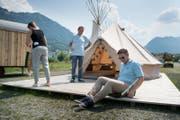 Markus Barmettler, Leiter des TCS Camping Buochs (links) und Cédric Schoch vom TCS vor einem Tippi. (Bild: Corinne Glanzmann (Buochs, 21. Juni 2017))