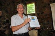 Der Präsident der ausgezeichneten IG Pro Kastanie Zentralschweiz, Josef Waldis, hält die Urkunde für den Umweltpreis 2016 der Albert Koechlin Stiftung in den Händen.