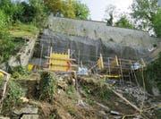 Die überhängenden Fels werden mittels drei Betonpfeilern und diversen Felsankern abgestützt. (Bild: pd)