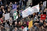 Am vergangenen Montag demonstrierte der Verein «Lernende gegen die Sparwut» zusammen mit Schülern vor dem Luzerner Regierungsgebäude. Solche Szenen haben sich in Zug bisher noch nicht abgespielt. (Bild Nadia Schärli)