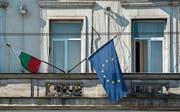Die Flaggen Bulgariens und der EU an einem Haus in Sofia. (Bild: Ennio Leanza/Keystone)